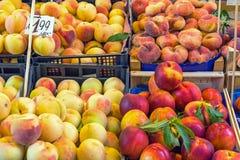 Olika sorter av till salu persikor arkivfoto