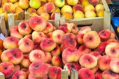 Olika sorter av till salu persikor royaltyfri fotografi