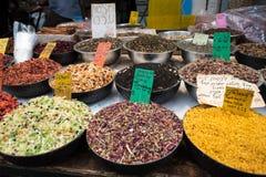 Olika sorter av torkade frukter för tedanande royaltyfri bild