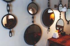 Olika speglar för tappning på kaféväggen Fotografering för Bildbyråer