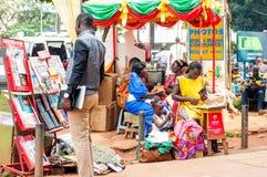 Olika stalls på den Kampala Road trottoaren, Uganda arkivbilder