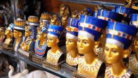 Olika statyetter av egyptiska souvenir p? st?nd arkivfilmer