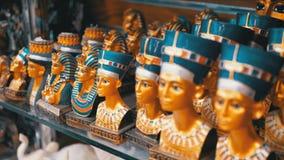 Olika statyetter av egyptiska souvenir p? st?nd lager videofilmer