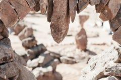 Olika stenar som tillsammans limmas i parkera Arkivbilder