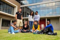 Olika studenter på högskolauniversitetsområde Fotografering för Bildbyråer