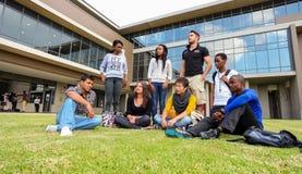 Olika studenter på högskolauniversitetsområde Arkivbilder