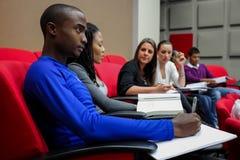 Olika studenter på högskolauniversitetsområde Royaltyfri Bild