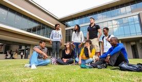 Olika studenter på högskolauniversitetsområde Royaltyfria Foton