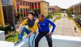 Olika studenter på högskolauniversitetsområde Arkivfoton