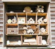 Olika stycken av trä och tegelsten som används för ett kryphotell under vinter Fotografering för Bildbyråer