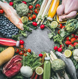 Olika sunda organiska allsidiga matingredienser: grönsaker, fiskar, kött, höna, frukter och bär, fruktsafter dricker på grå färge Royaltyfria Bilder