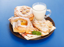 Olika tårtor och mjölkar frukosten Fotografering för Bildbyråer
