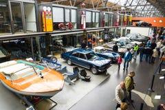 Olika tappningbilar på utställningen Royaltyfri Foto