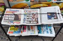 Olika tidningar som är till salu i gatan i Manhattan Arkivfoton