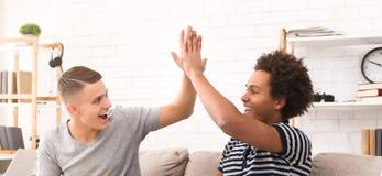 Olika tonårs- fans som firar seger av fotbollslaget royaltyfri bild