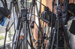 Olika tripoder för kameror och reflektor vid fönstret Royaltyfri Bild