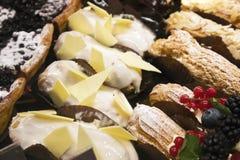 Olika typer av aptitretande kakor som ligger i, ställer ut royaltyfri fotografi