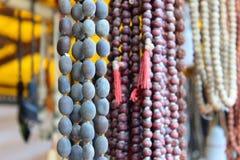Olika typer av bönpärlor som tillsammans hänger royaltyfri bild