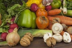 Olika typer av grönsaker på en gammal trätabell Begreppet av bantar mat Mat för sjukligt feta patienter Arkivbild
