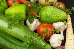 Olika typer av grönsaker på en gammal trätabell Försäljningar av nya grönsaker Royaltyfri Bild