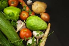 Olika typer av grönsaker på en gammal trätabell Försäljningar av nya grönsaker Royaltyfria Bilder