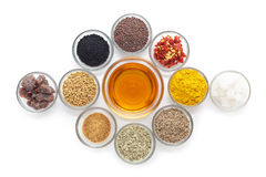 Olika typer av indiska kryddor i glass bunkar Arkivbild