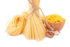 Olika typer av pasta & disk Royaltyfri Foto
