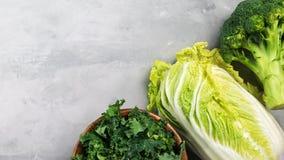 Olika typer av kål Grönkål kinakål, broccoli på ett grått bakgrundsbaner Bästa sikt, kopieringsutrymme för text fotografering för bildbyråer