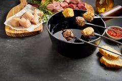 Olika typer av kött- och fondueinställningen Arkivbild