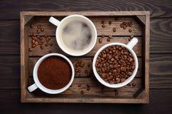 Olika typer av kaffe - jordning, korn och dryck på mörk träbakgrund Royaltyfria Foton