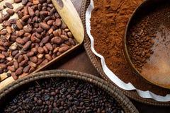 Olika typer av kaffebönor på plattorna Royaltyfri Bild
