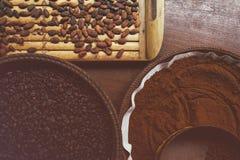 Olika typer av kaffebönor på plattorna Arkivfoton