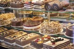 Olika typer av kakor i bakelse shoppar arkivfoto