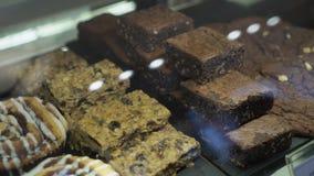 Olika typer av kakor i bakelse shoppar arkivfilmer