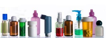 Olika typer av kosmetiskt emballage och mediciner som isoleras på vit bakgrund arkivfoton