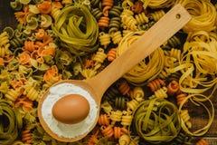 Olika typer av kulör pasta Arkivbilder
