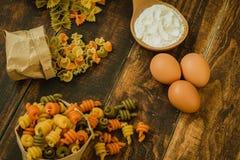 Olika typer av kulör pasta Royaltyfri Bild