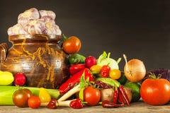 Olika typer av nya grönsaker på en trätabell Plockninggrönsaker på en lantgård sund mat Royaltyfri Foto
