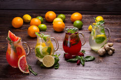 Olika typer av nya lemonader Royaltyfri Bild