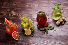 Olika typer av nya lemonader Fotografering för Bildbyråer