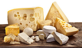Olika typer av ost över den gamla trätabellen. Arkivfoton