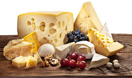 Olika typer av ost över den gamla trätabellen. Royaltyfria Foton