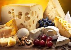 Olika typer av ost över den gamla trätabellen Arkivfoton