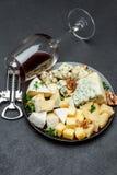 Olika typer av ost i mörk platta Arkivfoton