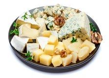 Olika typer av ost i mörk platta Arkivbilder
