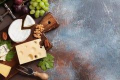 Olika typer av ost på en träbakgrund Arkivfoton