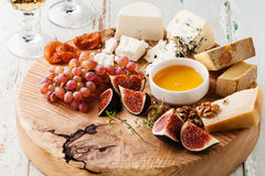 Olika typer av ost på en träbakgrund royaltyfria bilder