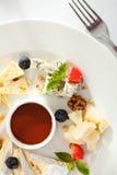 Olika typer av ost på en träbakgrund Royaltyfria Foton