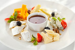 Olika typer av ost på en träbakgrund Royaltyfri Foto