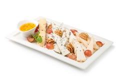 Olika typer av ost på en träbakgrund Fotografering för Bildbyråer